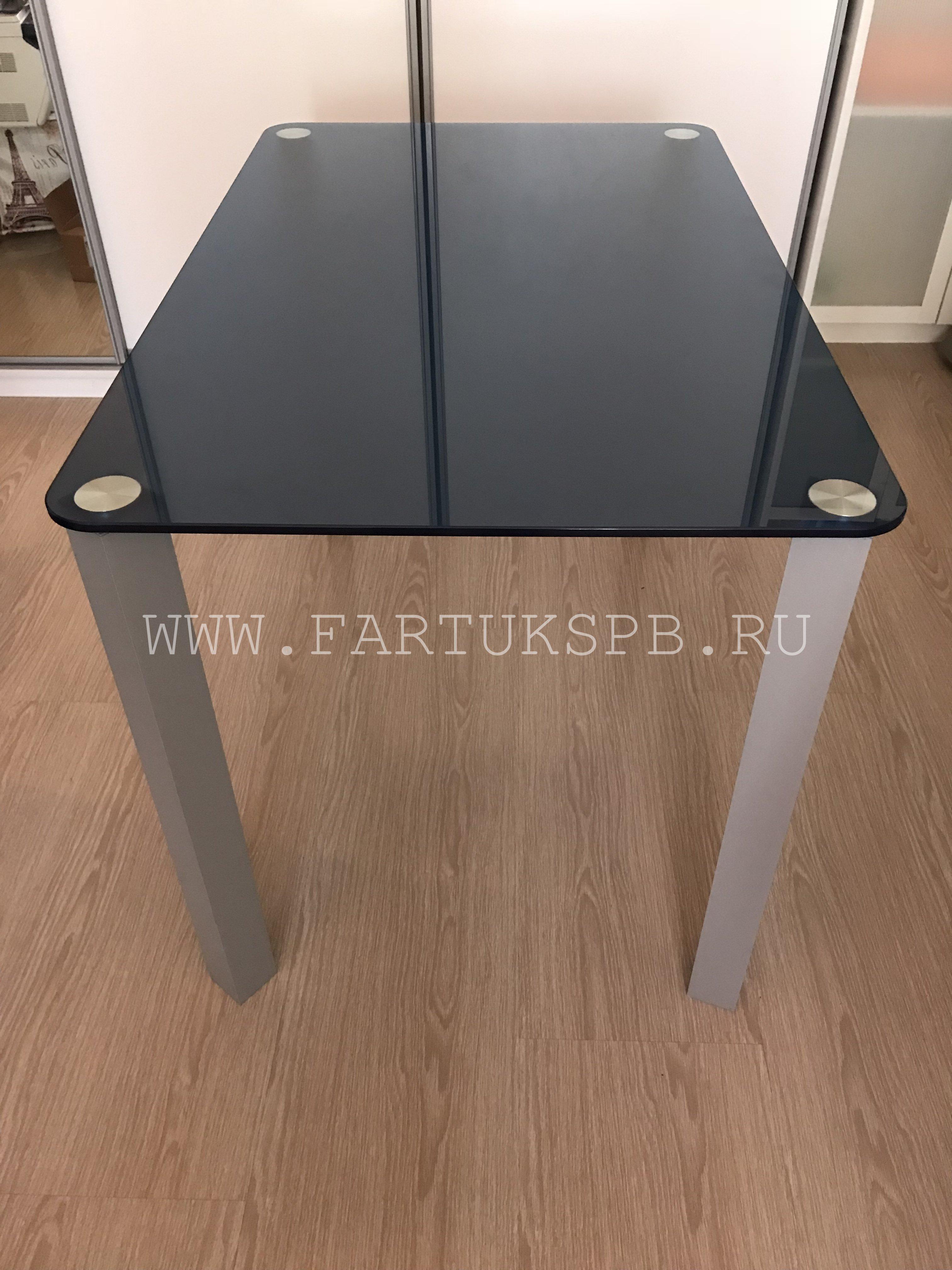 stol-na-kvadratnih-nojkah