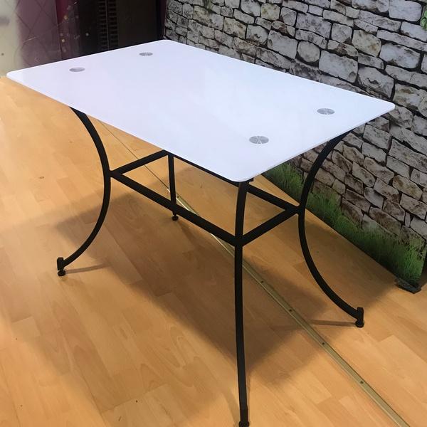 steklanniy-stol-na-kov-podstolie