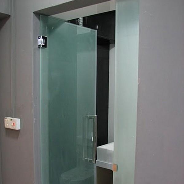 matovaja-steklannaja-dver-v-vanny