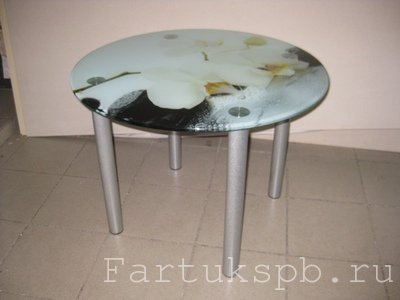 Круглый стол на опорах