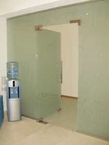 Стеклянная дверь в стеклянной перегородке